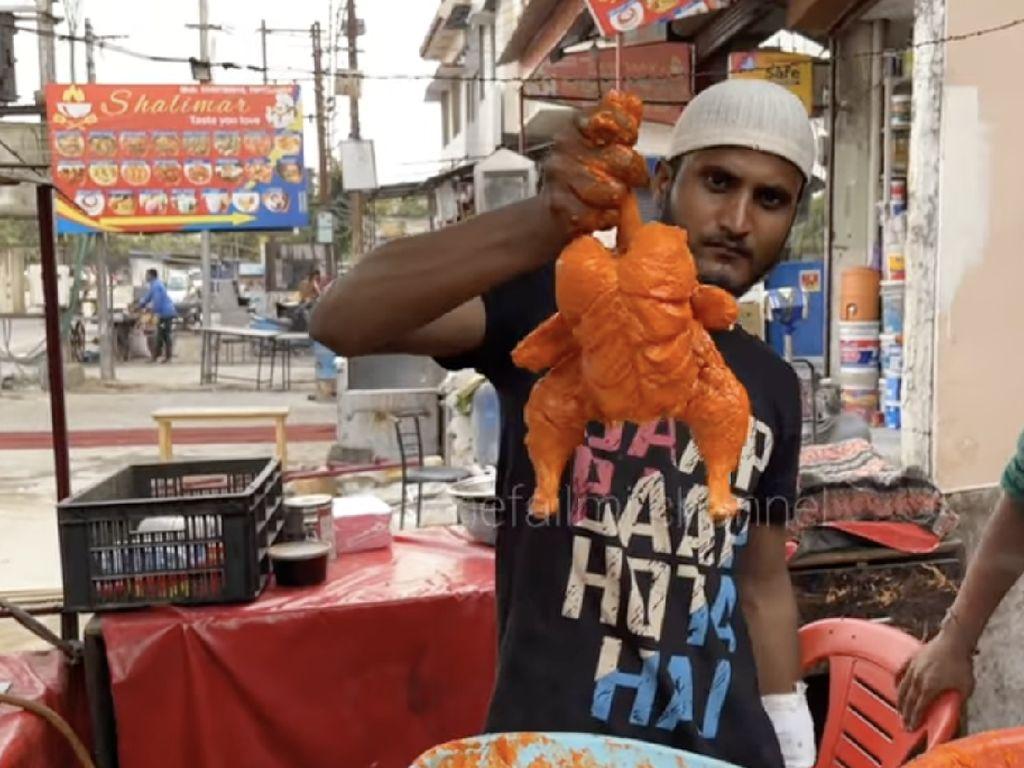 Jajan Ayam Goreng di Pinggir Jalan India, Netizen Salfok Kerumunan Lalatnya