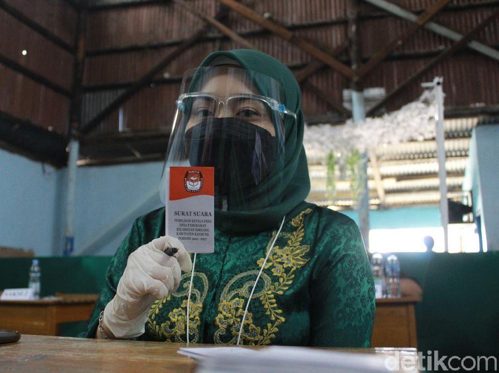 Alus Euy! Panitia Berbusana Adat Kawal TPS Pilkades di Bandung