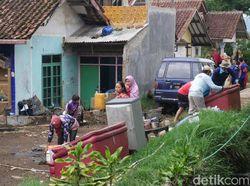 Saat Warga Ramai-ramai Bersihkan Sisa Banjir di Lembang