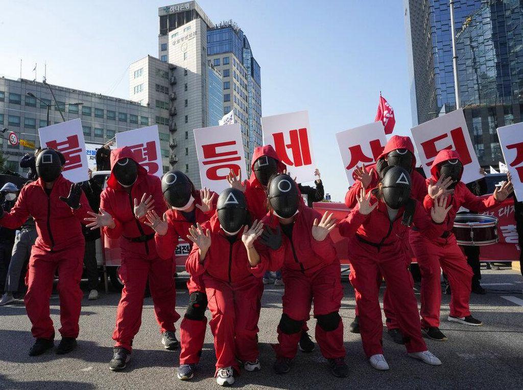 Squid Game Ikut Unjuk Rasa di Seoul