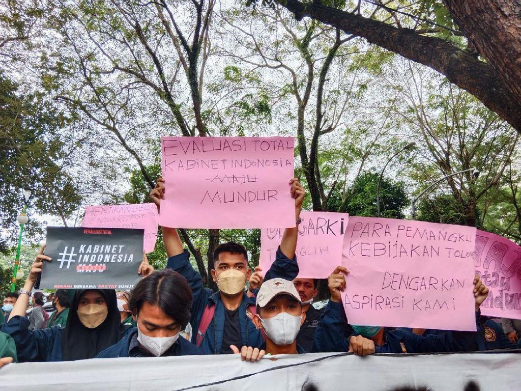 Demo di DPRD Sumut, BEM SI Minta Jokowi Evaluasi Kabinet Indonesia Mundur