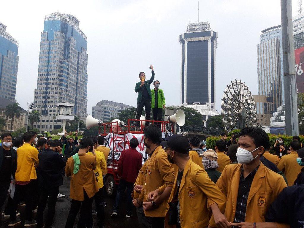 Gelar Aksi di Patung Kuda, BEM SI Nyanyi Yel-yel Mundur Jokowi