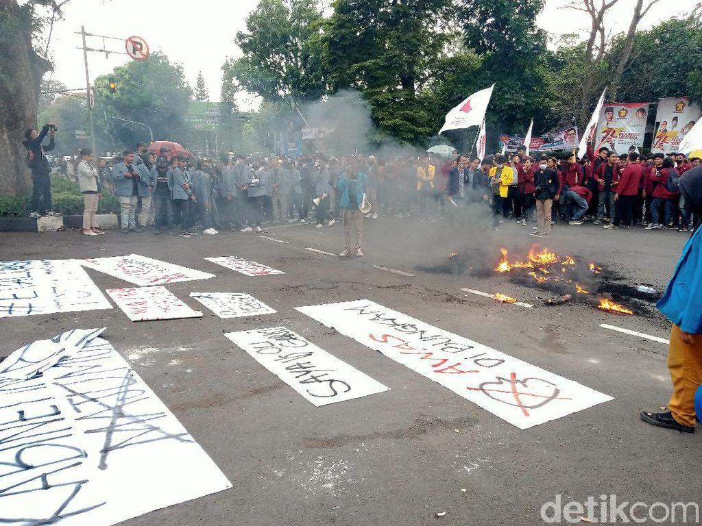 Kepung Gedung DPRD Jabar, Mahasiswa Teriakkan 10 Tuntutan!