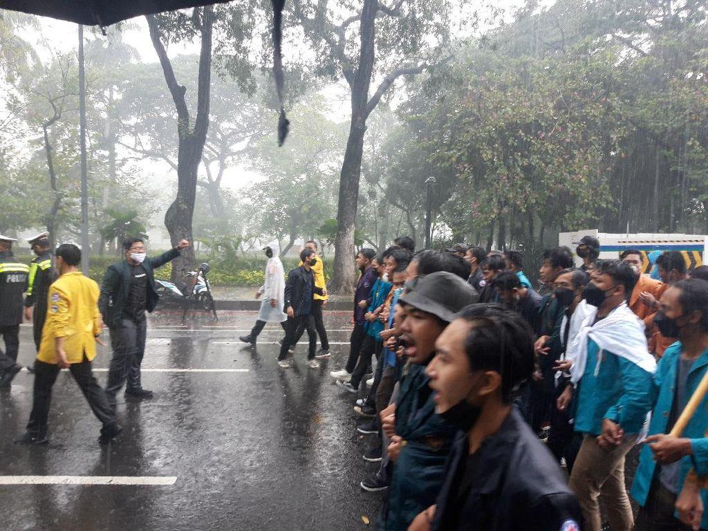 Diguyur Hujan Deras, Massa BEM SI Tetap Long March Menuju Istana