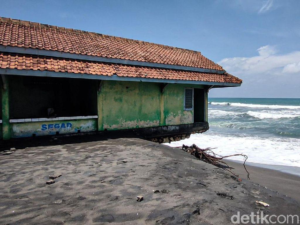 Bahaya! Abrasi di Pantai Trisik, Bangunan TPI Nyaris Roboh