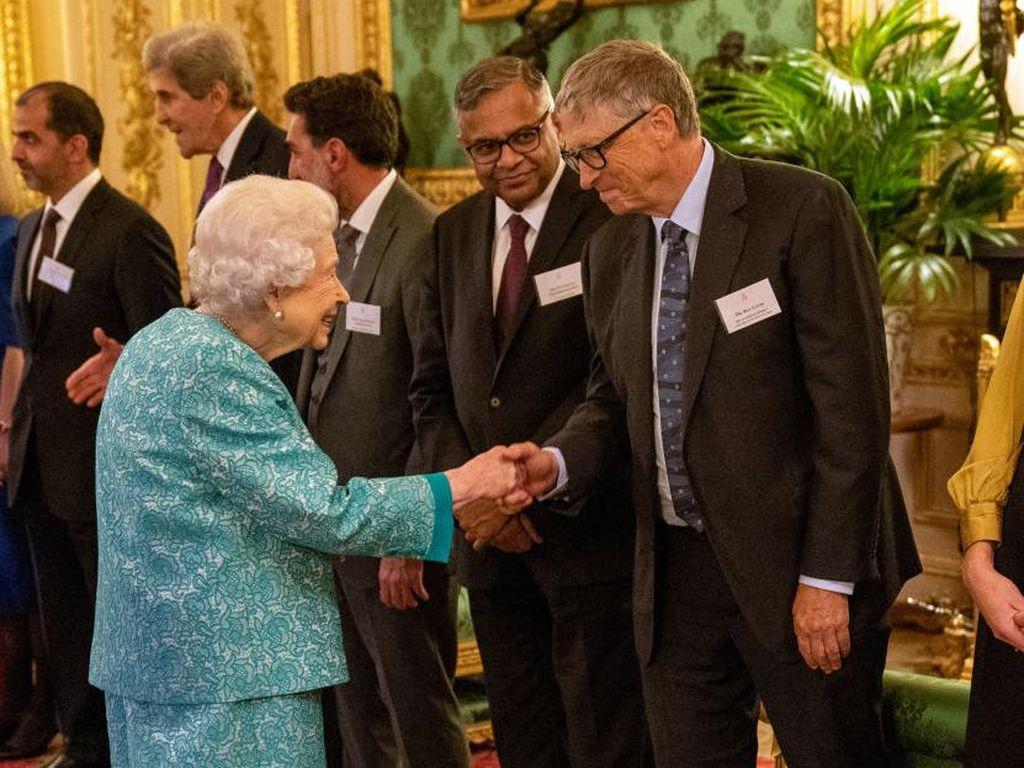 Bertemu Ratu Elizabeth II, Bill Gates Dikritik Langgar Protokol Kerajaan
