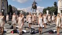 Tolak Merger, Pramugari Maskapai Ini Demo Sambil Buka Baju
