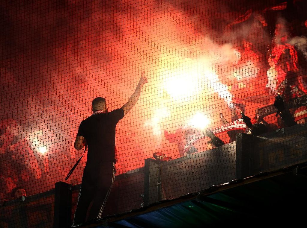 Fans Union Berlin Diserang Polisi: Digigit Anjing, Dipentung, Kepala Bocor
