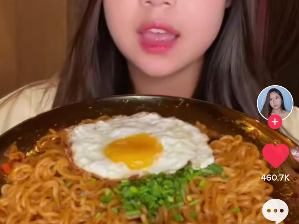 Sisca Kohl Masak Mie Pakai Telur Ceplok, Netizen: Akhirnya Makan Versi Rakyat!