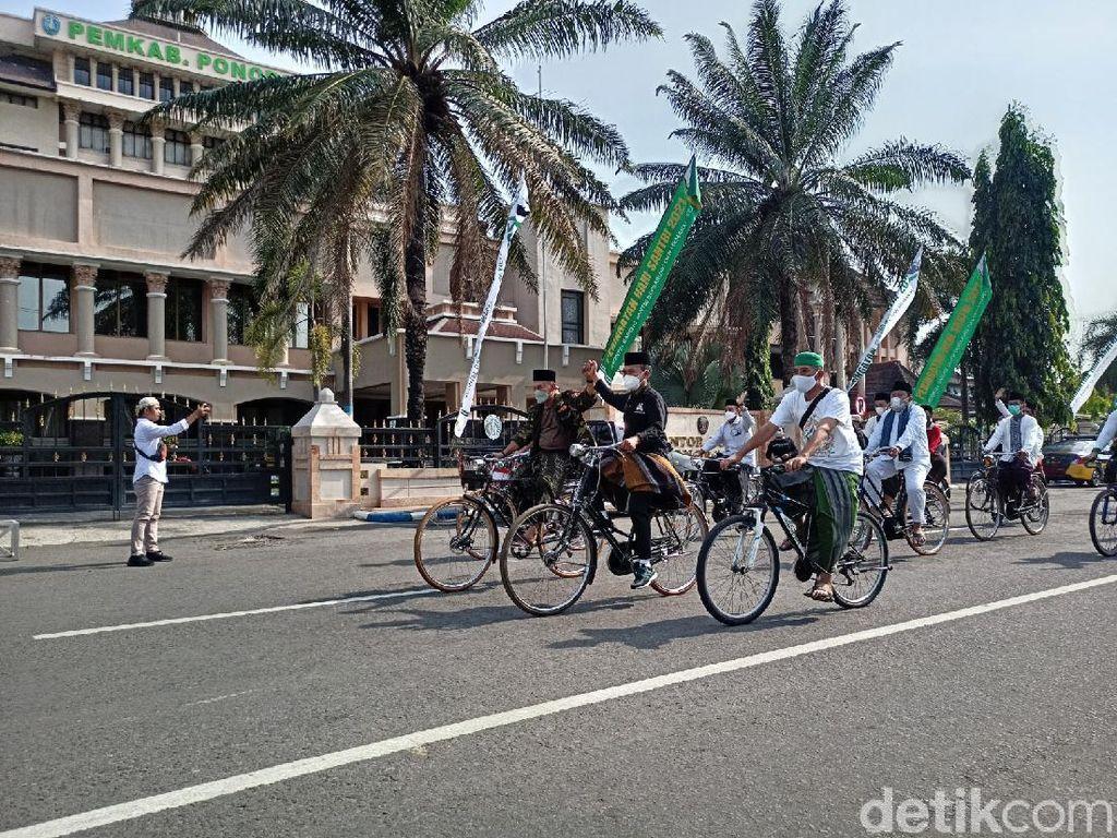 Ponorogo Catat Rekor MURI Gowes Sepeda Unta Bersarung-Berkopiah Terbanyak