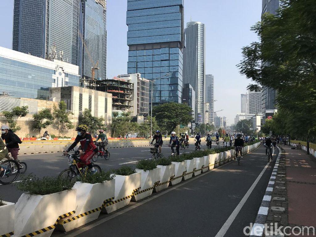 Pesepeda Ramai Melintas di Kawasan Sudirman Minggu Pagi