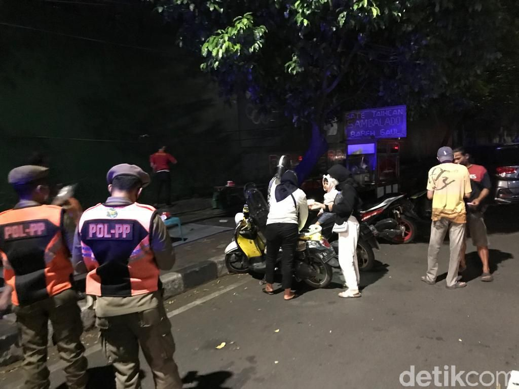 Ganggu Ketertiban Umum, Pedagang Sate Taichan Senayan Ditertibkan Satpol PP