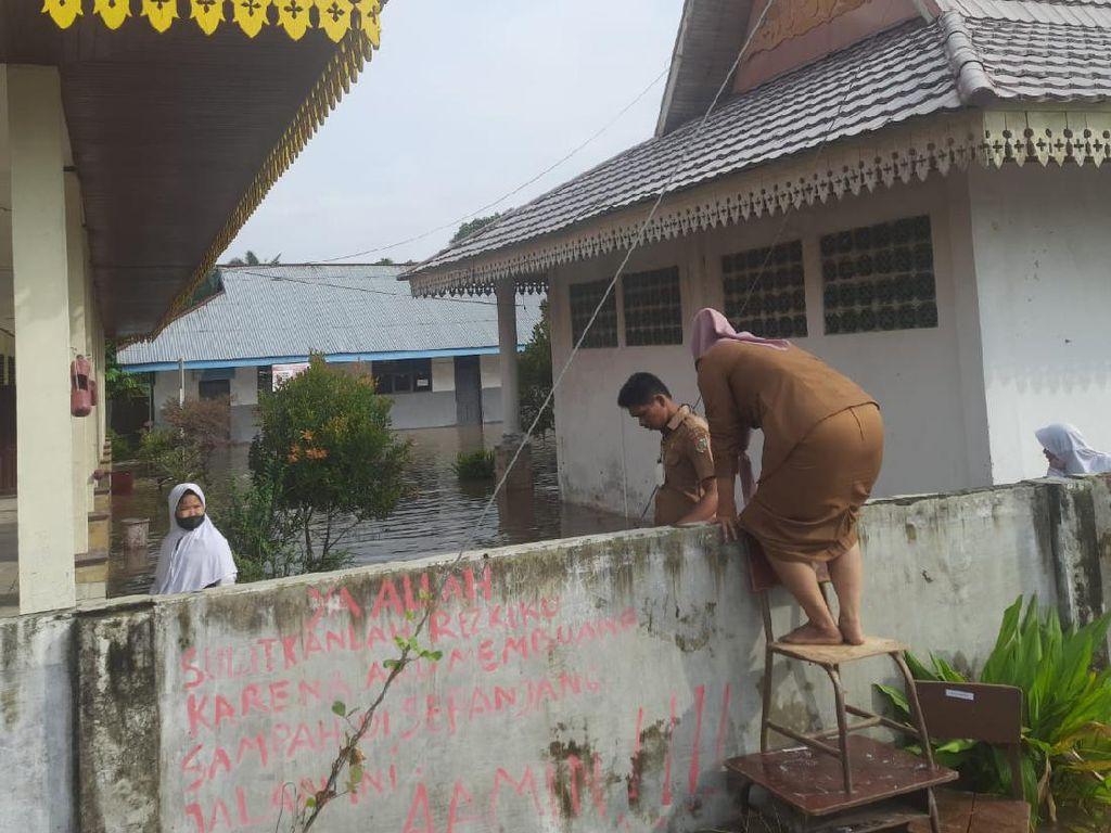 Siswa-Guru Panjat Pagar demi Masuk Sekolah Gegara Banjir di Pekanbaru
