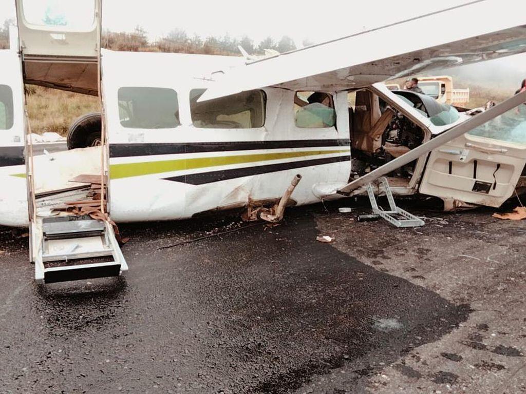 Pesawat Kecelakaan di Bandara Ilaga Papua Dievakuasi ke Pinggir Landasan
