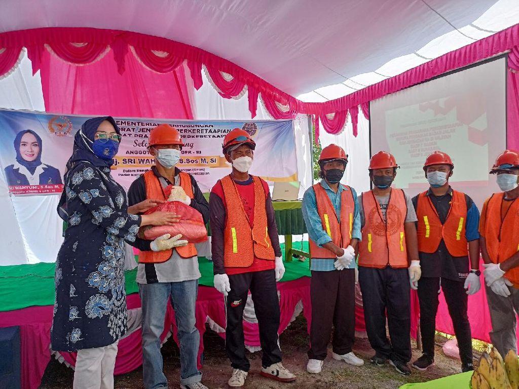 Anggota DPR RI Pantau Padat Karya Perbaikan Sarana Perkeretaapian di Ngawi