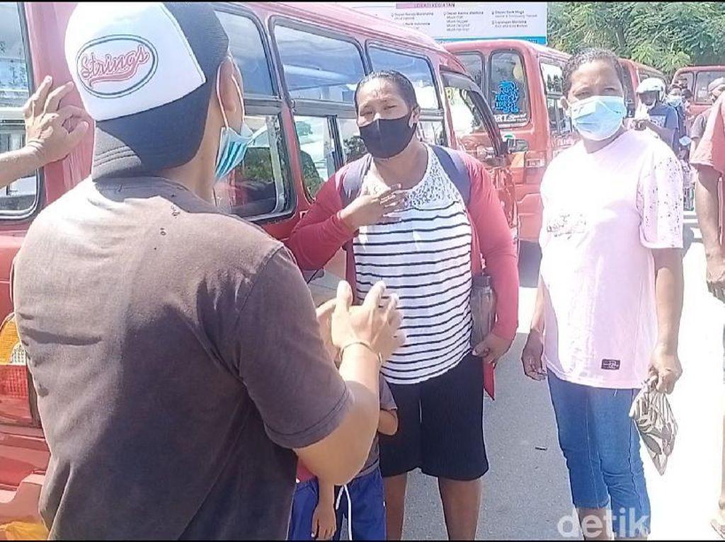 Angkot di Ambon Mogok Massal, Emak-emak Diturunkan Adu Mulut dengan Sopir