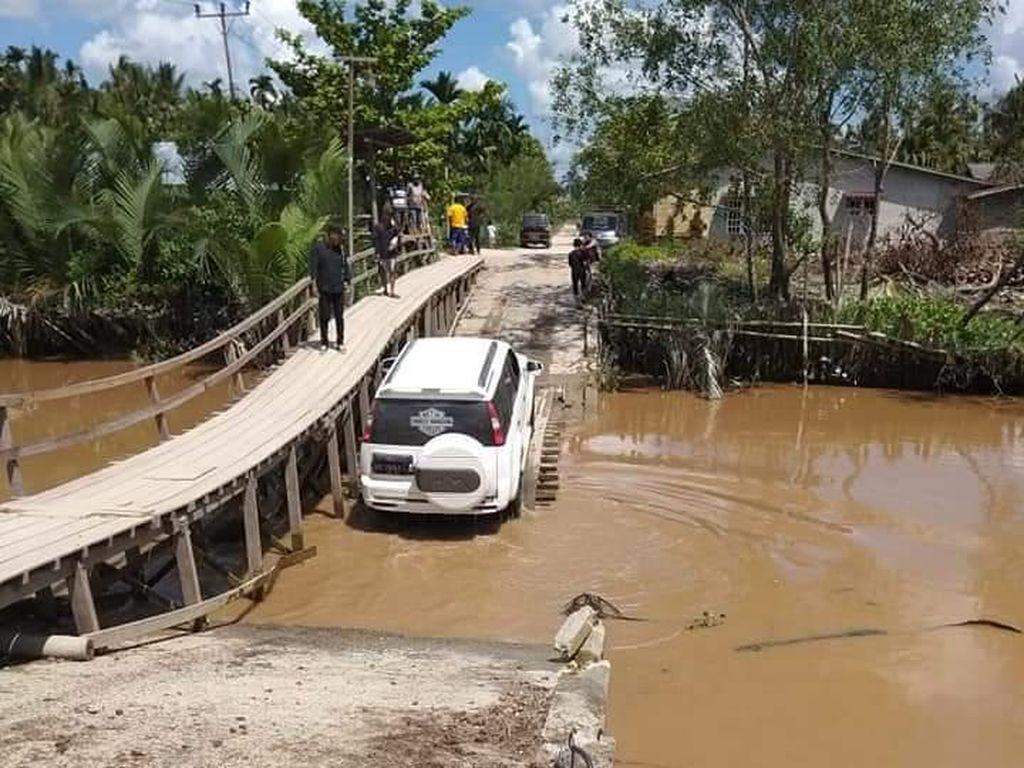DPRD Inhil Minta Pemprov Riau Bantu Perbaiki Jembatan Rusak Parit 16