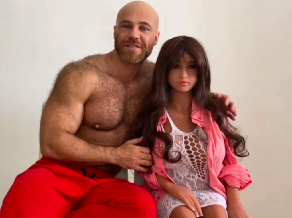 Setelah Nikahi Boneka Seks, Binaragawan Ini Siap Berkencan dengan Manusia