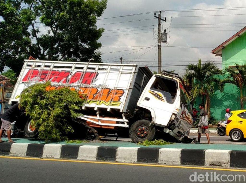 Waduh, Truk Angkutan Pasir Nyangkut di Pembatas Jalan Yogya-Solo