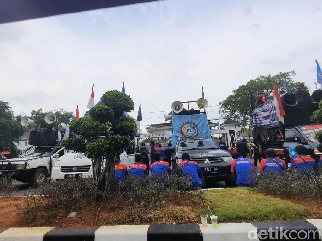 Buruh Kembali Gelar Aksi Demo, Jalan Ahmad Yani Karawang Ditutup