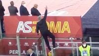 Viral Kelakuan Mourinho, Panjat Pagar Setelah Kena Kartu Merah