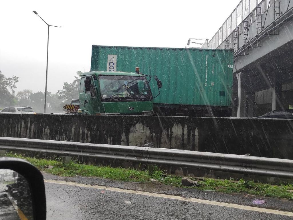 Petugas Evakuasi Truk Kontainer yang Kecelakaan di Tol Jakarta-Cikampek