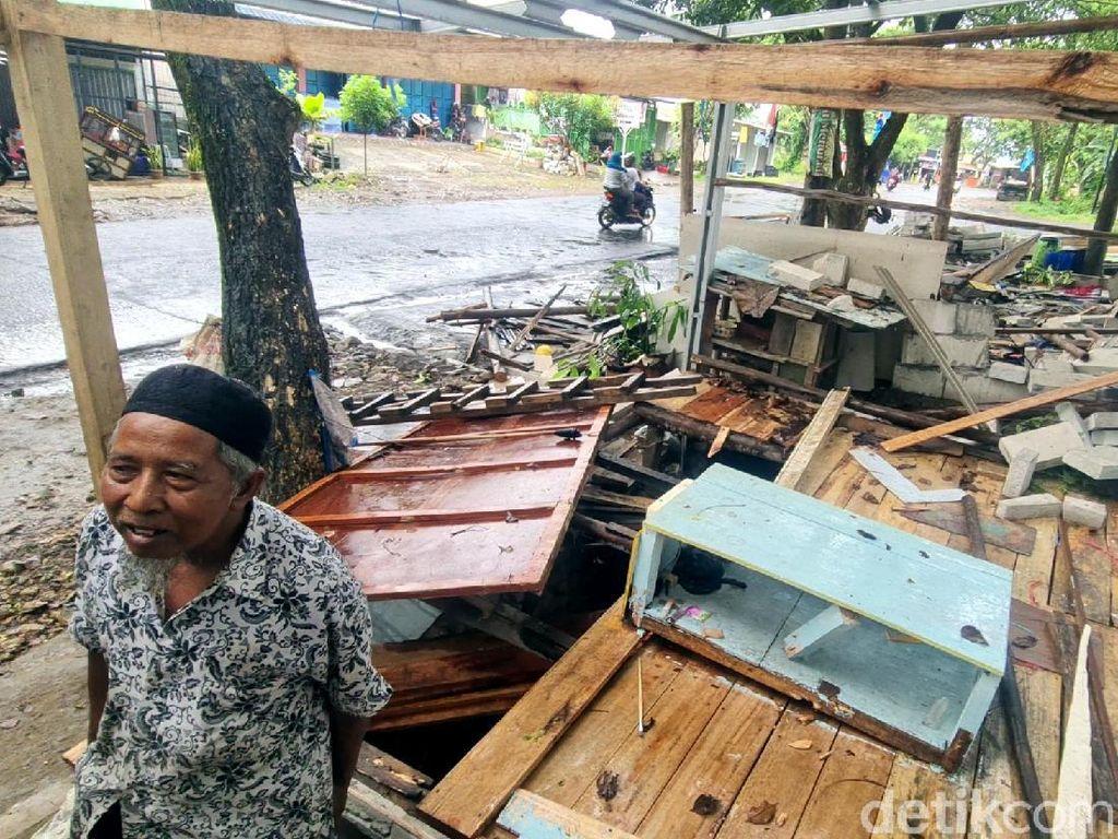 Rumah Dibongkar Satpol PP, Lansia Sukabumi Ngungsi di Emperan Toko