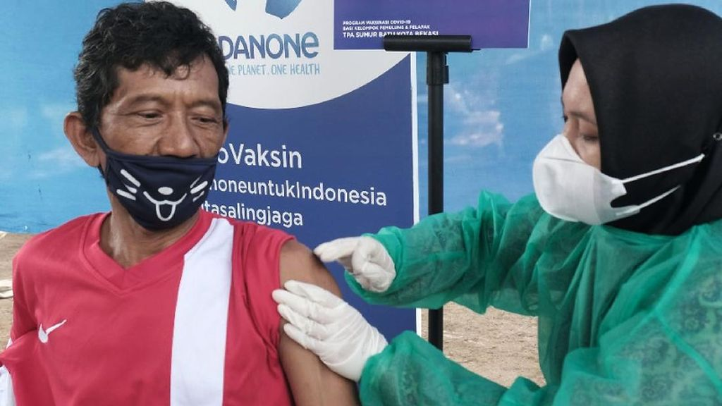 Vaksinasi untuk Pemulung dan Pengepul di TPA Sumur Batu