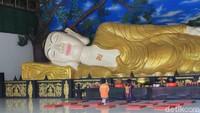 Bukan di Thailand, Patung Buddha Tidur Ini Cuma di Bogor