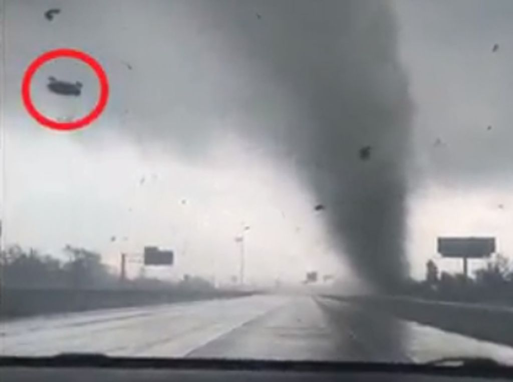 Detik-detik Tornado Mengamuk di Texas AS, Pohon-Mobil Terlempar!