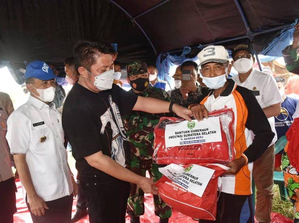 Susuri Sungai, Gubernur Sumsel Bawa Bantuan buat Korban Puting Beliung