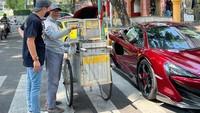 Wow! Pria Ini Jajan Kue Rangi Gerobakan Naik Ferrari Rp 6,2 M