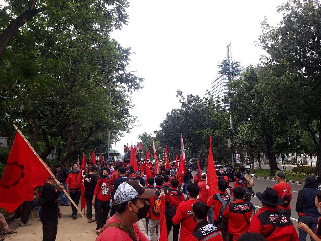 Akan Demo di Sekitar Istana, Massa Buruh Mulai Kumpul Depan Perpusnas