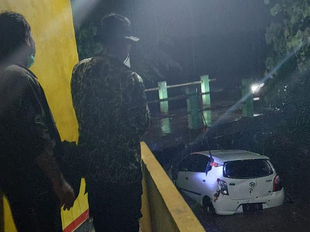 Mobil Terperosok Lalu Hanyut ke Parit Saat Hendak Diparkir di Bekasi