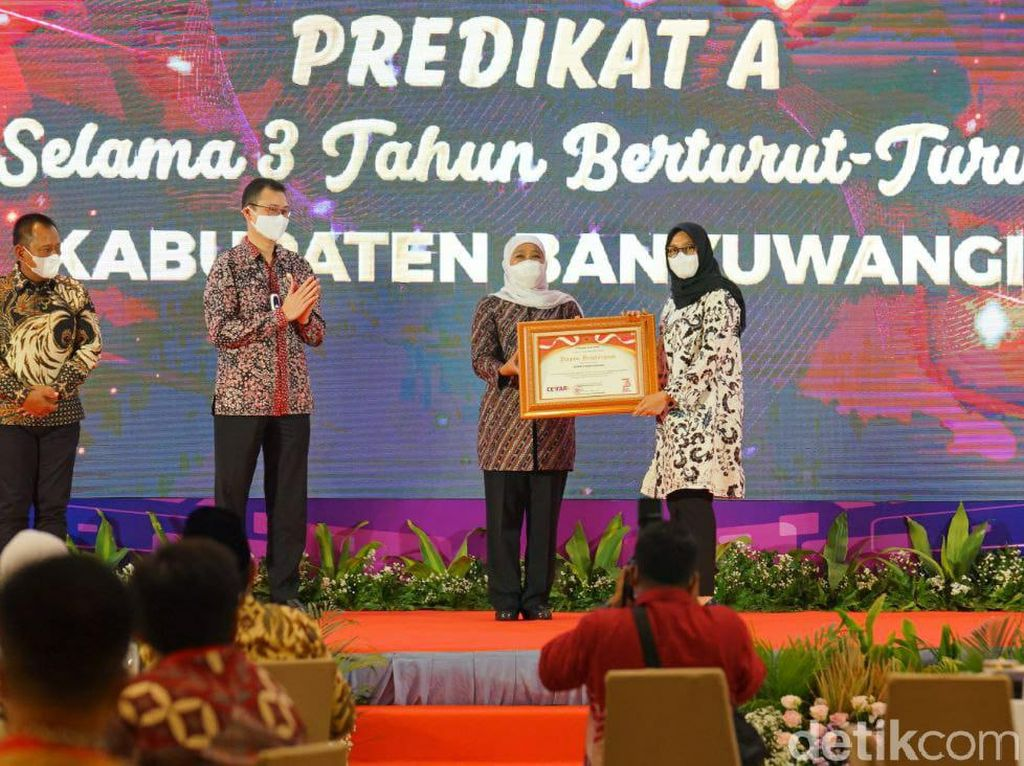 Khofifah Beri Penghargaan ke Banyuwangi yang Konsisten Raih SAKIP A