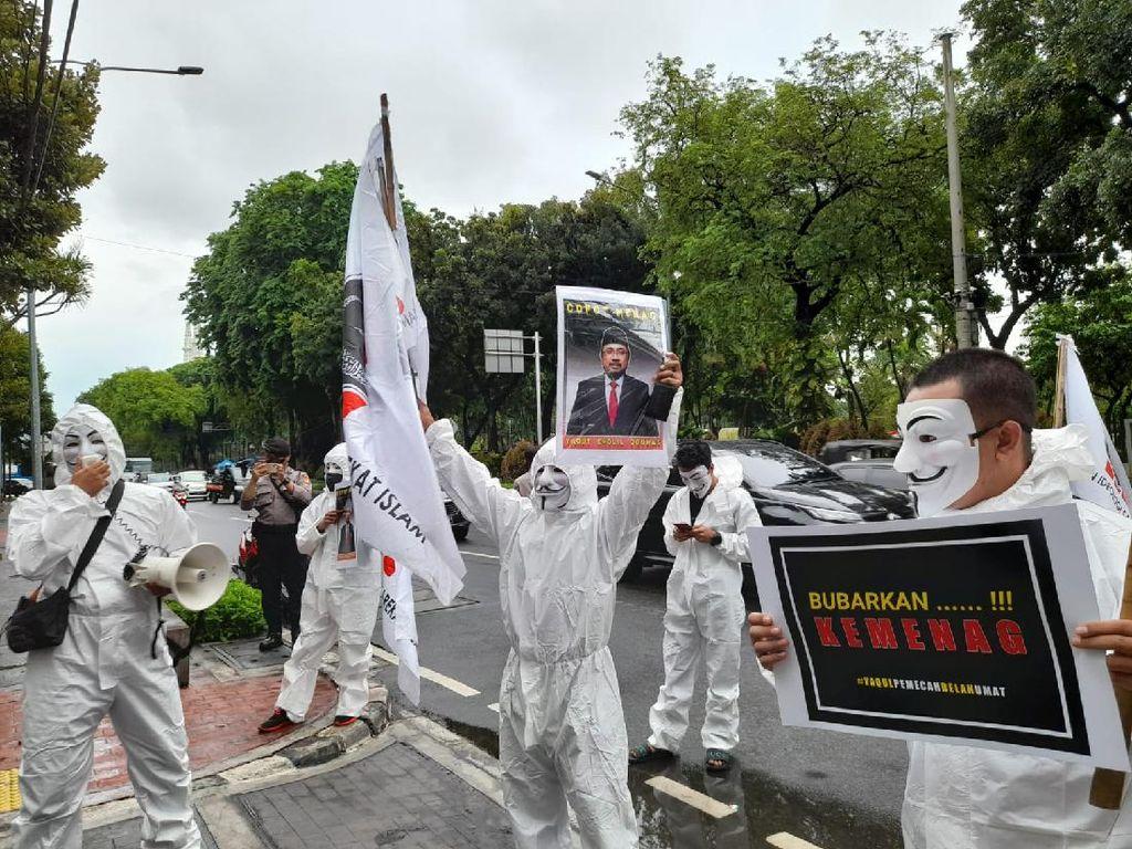 Sekelompok Pria Bertopeng V for Vendetta Datangi Kemenag