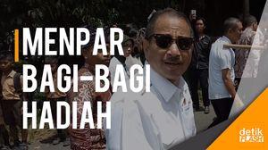 Aksi Menpar Arief Yahya Bagi-bagi Duit dan Hadiah di Banyuwangi