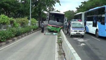 Bus Pembawa Rombongan Massa 412 Tabrak Separator Busway