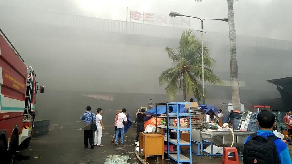 Tebalnya Asap Jadi Kendala Pemadaman Kebakaran Pasar Senen