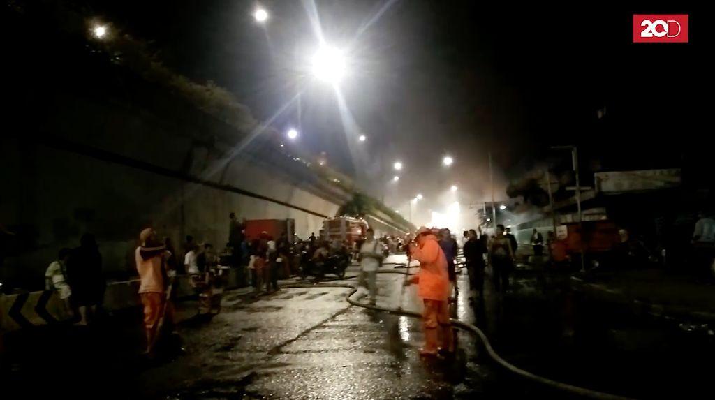 Sigapnya Pasukan Oranye Bebersih di Sekitar Lokasi Kebakaran