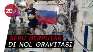 Melihat Astronot Rusia Main Bola di Luar Angkasa