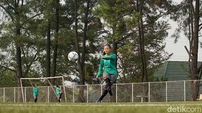 Cerita Cinta Pertama Dhanielle Daphne, Sepak Bola