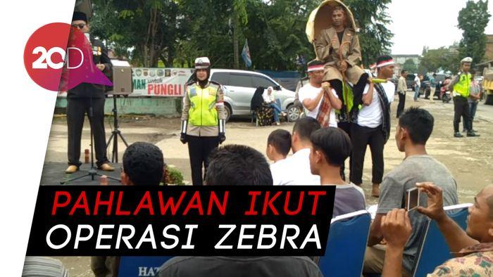 Bung Karno dan Soedirman Tilang Pengendara di Aceh