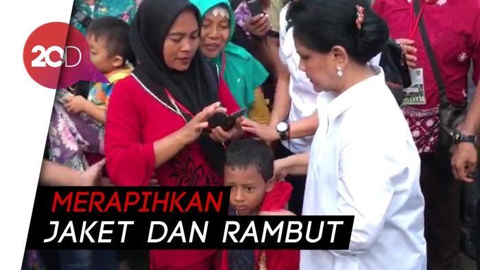 Saat Iriana Jokowi Betulkan Pakaian Bocah yang Foto Dengannya
