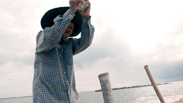Tak Lekang Oleh Usia, Pak Adim Sukarela Jaga Pulau Untung Jawa