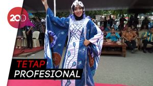 Aksi Lenggak-lenggok Para Model Batik yang Diguyur Hujan Deras