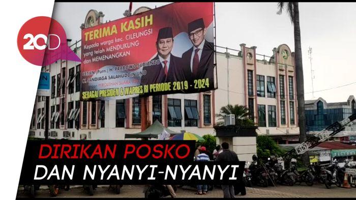 Relawan Ramai 'Jaga' Baliho Klaim Kemenangan Prabowo di Cileungsi