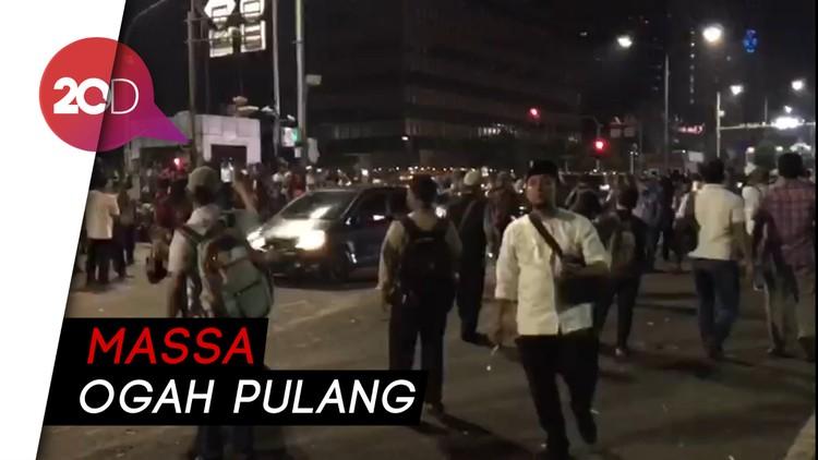 Jalan MH Thamrin Dibuka, Massa Ogah Bubar dan Soraki Polisi