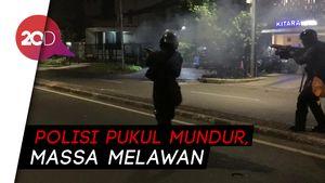 Tegang! Saat Polisi Pukul Mundur Massa di Dekat Bawaslu