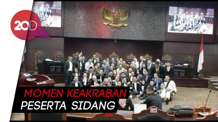 Sidang Usai, Tim Jokowi-Prabowo Foto Bareng dan Cairkan Suasana